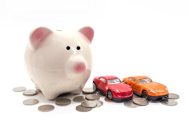 Cofrinho com carro e moeda no fundo branco