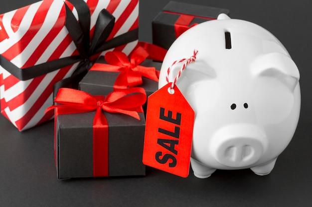 Cofrinho com etiqueta de venda e caixas de presente