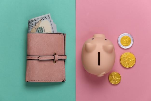 Cofrinho com moedas, carteira com notas de cem dólares em um pastel rosa-azulado. orçamento familiar, economia