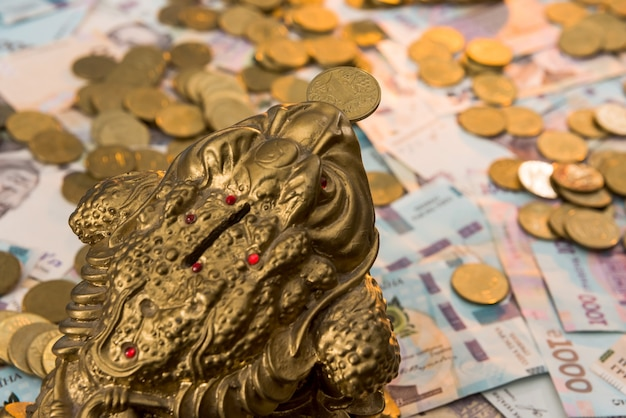 Cofrinho com moedas de ouro mentem nas notas ucranianas. 500 e 1000 hryvnia. novo. uah. o conceito de conservação
