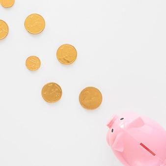 Cofrinho comendo moedas