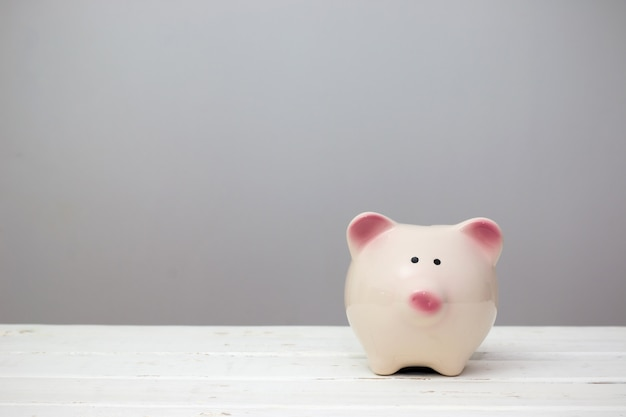 Cofrinho. conceito mínimo. estilo minimalista. conceito de poupança de dinheiro.