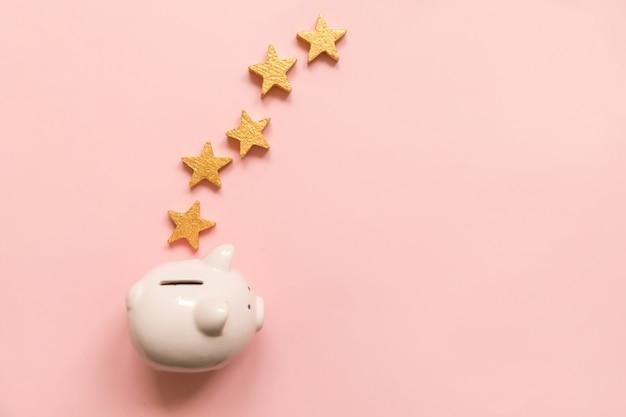 Cofrinho de design minimalista 5 estrelas douradas isoladas em fundo rosa