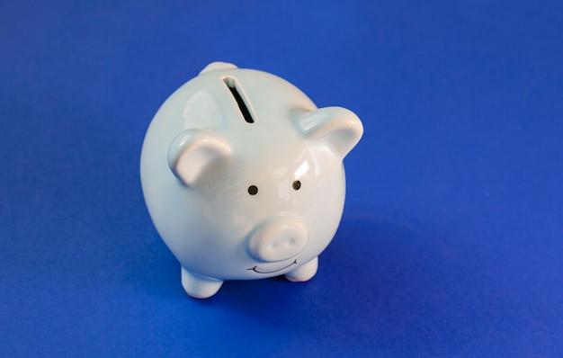 Cofrinho de porco azul na parede azul