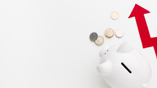 Cofrinho de vista superior e dinheiro