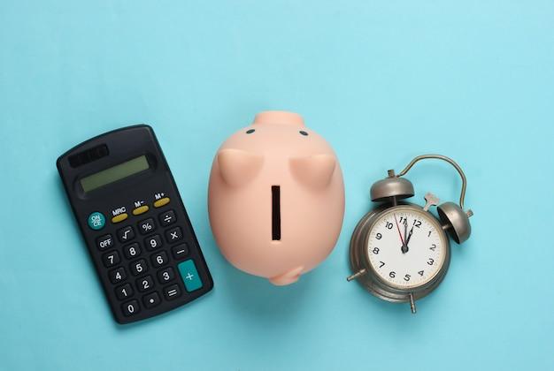 Cofrinho e despertador, calculadora azul