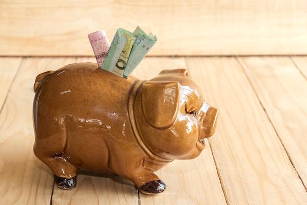 Cofrinho economizando dinheiro