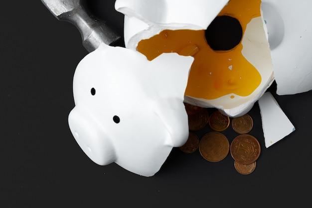Cofrinho quebrado com moedas hryvnia ucraniano. conceito de pobreza