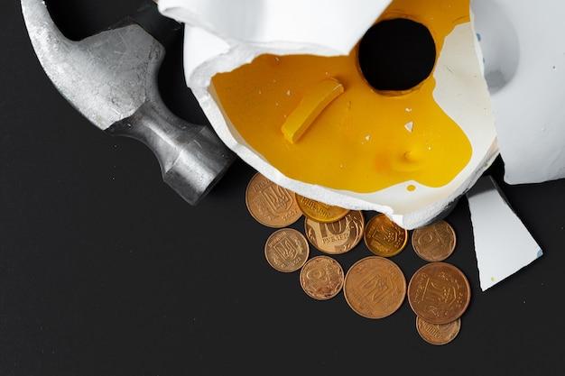 Cofrinho quebrado com moedas hryvnia ucraniano