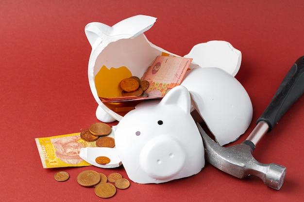 Cofrinho quebrado com notas e moedas de dinheiro ucraniano. declínio no conceito de padrões de vida