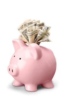Cofrinho rosa com notas de dólar isoladas no fundo branco