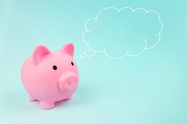 Cofrinho rosa com nuvem pensamento acima de sua cabeça, conceito de poupança, planejamento financeiro de finanças pessoais e ser econômico.