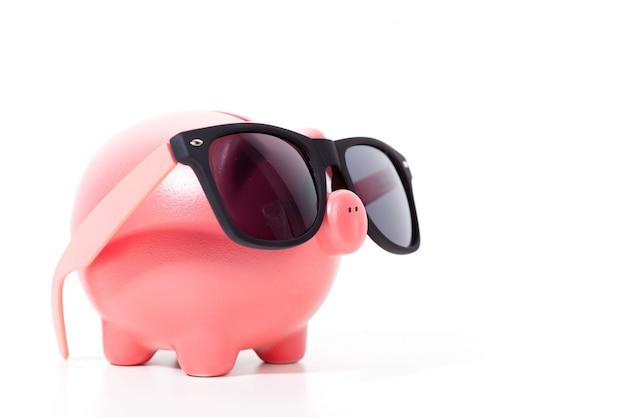 Cofrinho rosa com óculos isolado no branco