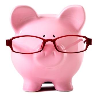 Cofrinho rosa usando óculos isolado branco