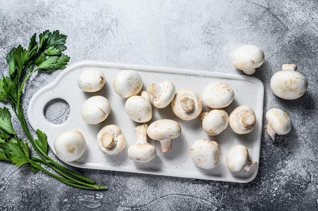 Cogumelo branco fresco em cortar a placa.