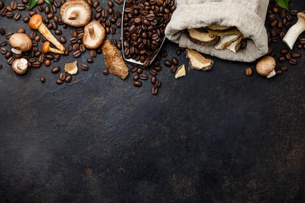 Cogumelo chaga café superalimento cogumelos frescos e secos na moda e grãos de café no escuro