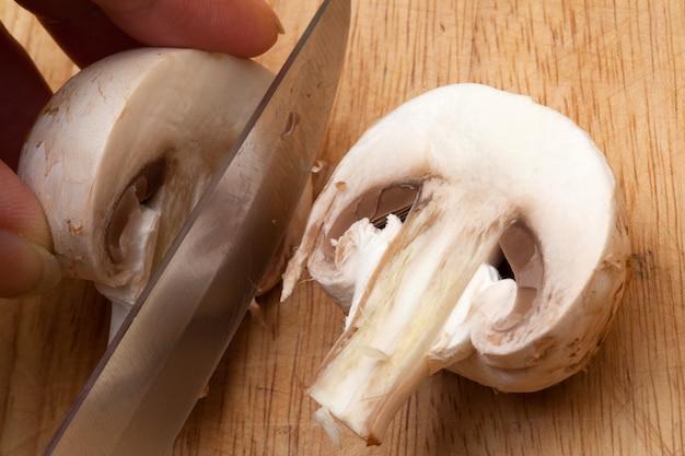 Cogumelo cortado com uma faca