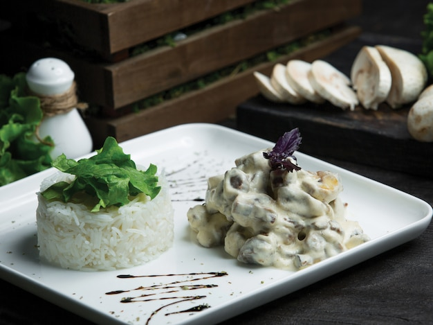 Cogumelo de cozinha francês refogado em molho de natas com arroz