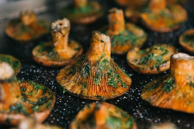 Cogumelo de pinho vermelho do close-up no assado. comida sazonal