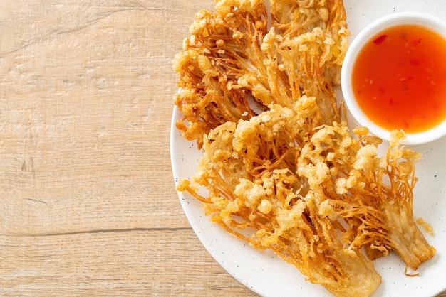 Cogumelo enoki frito ou cogumelo de agulha dourada com molho picante - estilo de comida vegana