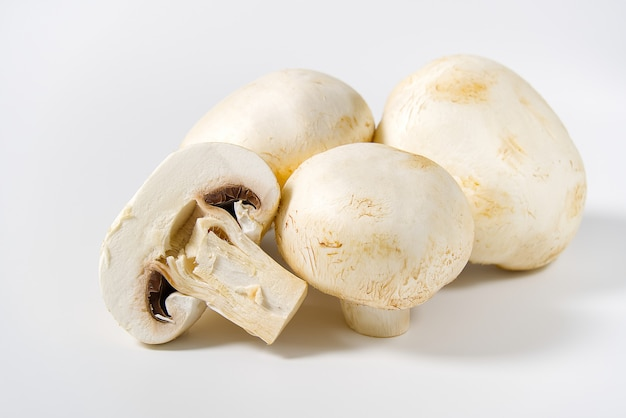 Cogumelo fresco cogumelos macro tiro. champignon fatiado branco do close-up.