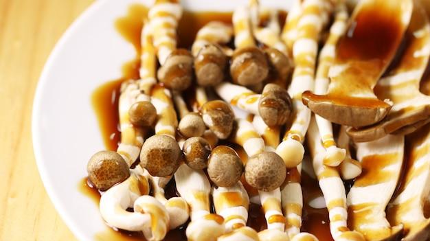 Cogumelo marrom no prato com molho