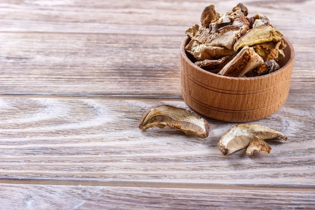 Cogumelo porcini seco sobre uma mesa de madeira.