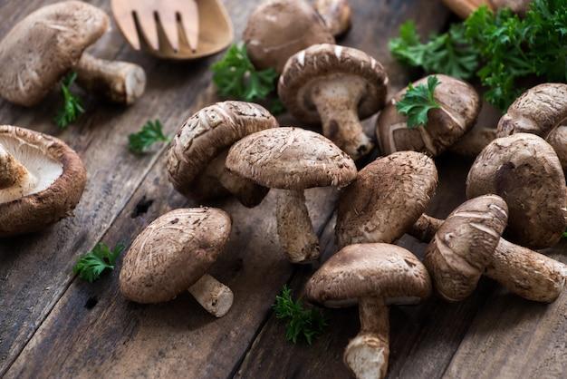 Cogumelo shiitake na mesa de madeira
