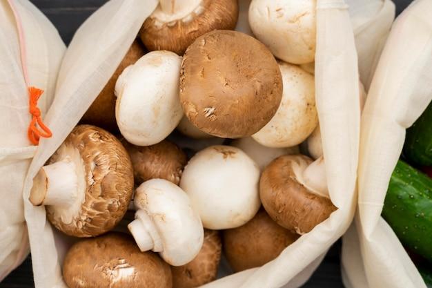 Cogumelos acima da vista no saco