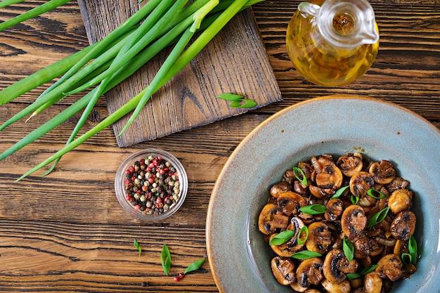 Cogumelos assados com molho de soja e ervas. comida vegana. vista do topo