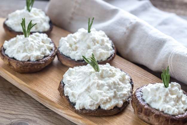 Cogumelos assados recheados com cream cheese