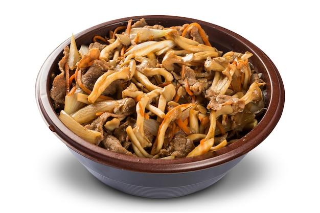 Cogumelos caseiros e carne. shimeji em mackground branco