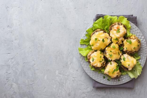 Cogumelos champignon recheados com queijo, frango e ervas cozidas no forno