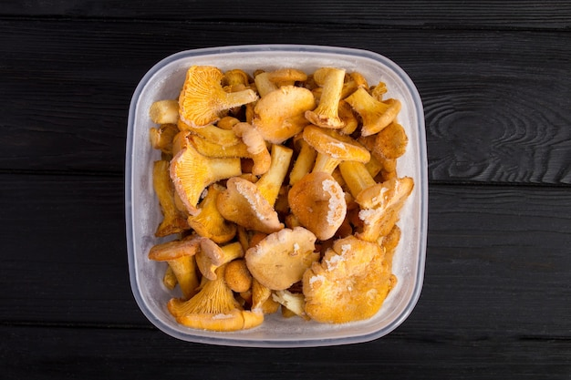 Cogumelos chanterelle congelados na caixa. vista do topo.