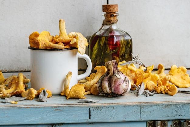 Cogumelos chanterelles crus não cozinhados