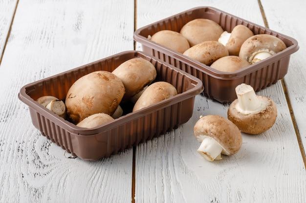 Cogumelos comestíveis champignon na mesa de madeira