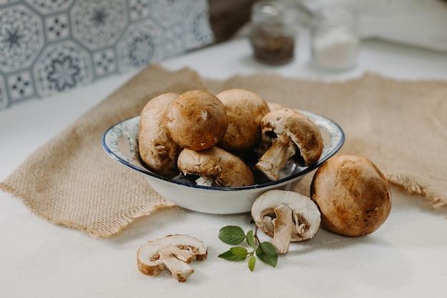 Cogumelos cremini alimentos orgânicos e saudáveis