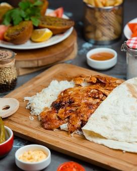 Cogumelos e carne salteados em molho de tomate e servidos com arroz e lavash.