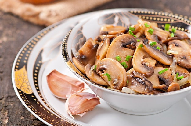 Cogumelos e cebolas fritos