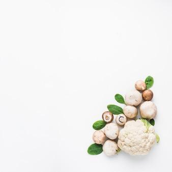 Cogumelos e espinafre perto de couve-flor
