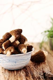 Cogumelos em um prato azul