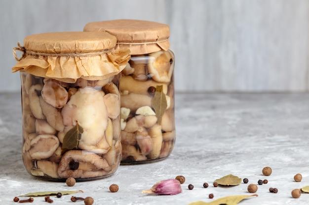 Cogumelos enlatados cogumelos marinados em jarra