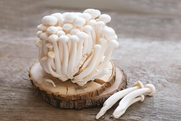Cogumelos enoki na tabela de madeira, close-up.