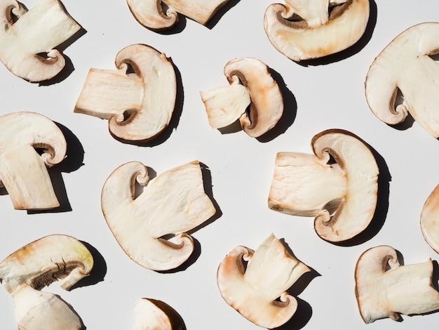 Cogumelos fatiados saborosos em um fundo branco