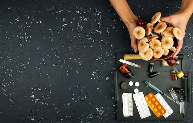 Cogumelos frescos, especiarias e drogas no quadro. vista de cima. copie o espaço