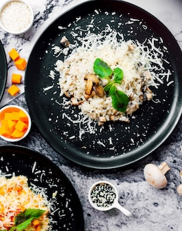 Cogumelos fritos cobertos com queijo picado