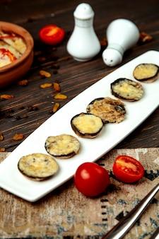 Cogumelos fritos cobertos com queijo ralado