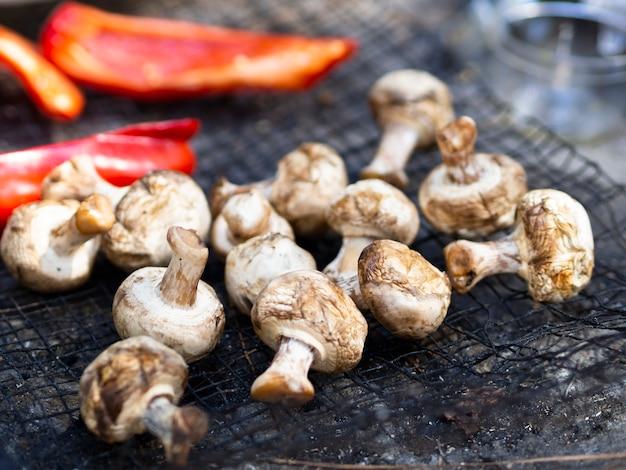 Cogumelos grelhados e pimentão em fatias na grelha