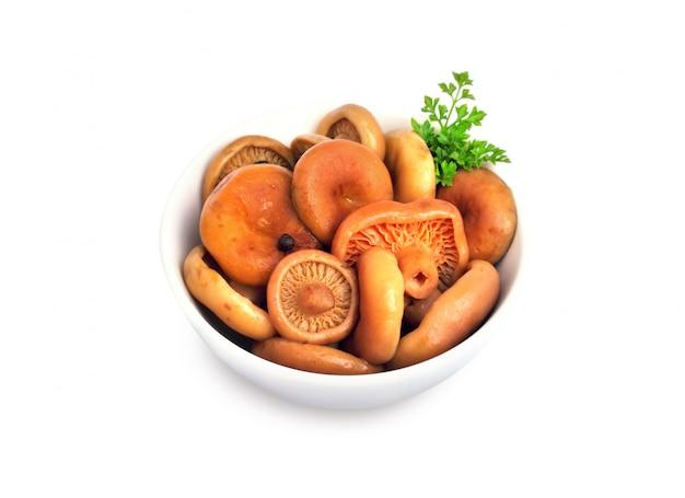Cogumelos marinados com tampa de leite de açafrão em uma tigela