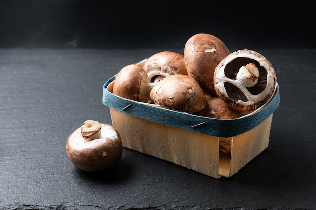 Cogumelos marrons cremini na cesta